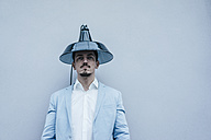 Man wearing lampshade as hat - KNSF00869