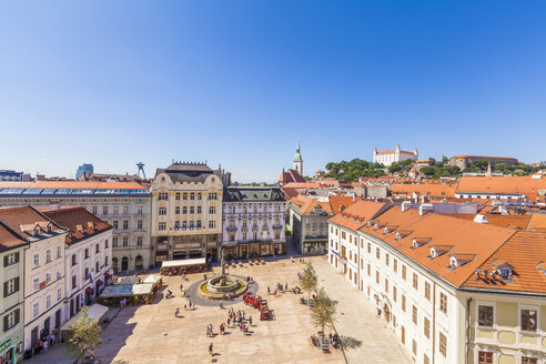 Slovakia, Bratislava, view to main place with Maximilan Fountain at the old town from above - WDF03843