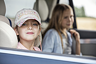 Girl sitting in car, looking out of window - WESTF22406