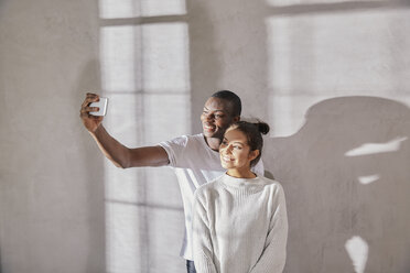 Young couple taking selfie with cell phone - FMKF03396