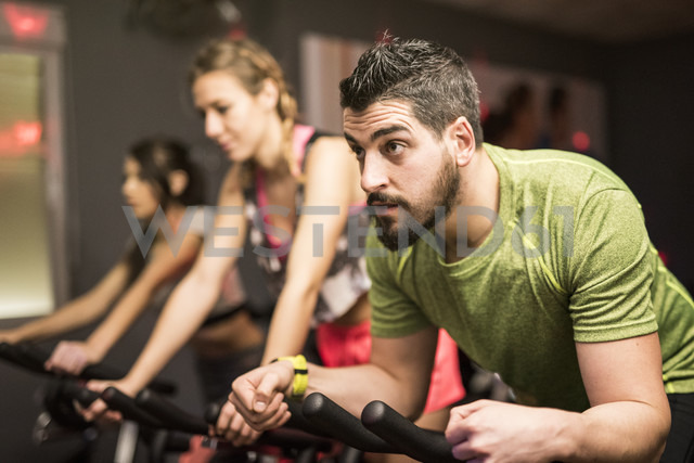 Young people exercising on spinning bikes in gym - JASF01454 - Jaen Stock/Westend61