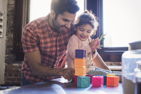 Father and daughter playing with building bricks - WESTF22426