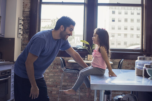 Father and daughter in kitchen - WESTF22462