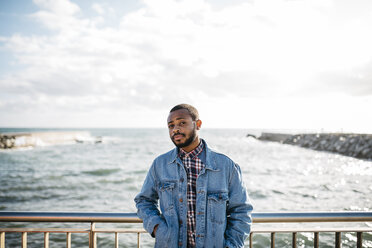 Portrait of young man in front of the sea - JRFF01155