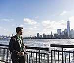 USA, businessman at New Jersey waterfront with view to Manhattan - UUF09690