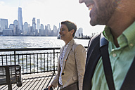 USA, man and woman at New Jersey waterfront with view to Manhattan - UUF09702
