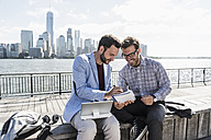 USA, two businessmen working at New Jersey waterfront with view to Manhattan - UUF09747