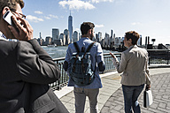 USA, colleagues walking at New Jersey waterfront with view to Manhattan - UUF09759