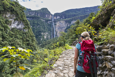 Peru, Amazonas Region, Cocachimba, tourist on hiking trail looking at Gocta waterfall - FOF08503