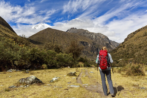 Peru, Andes, Cordillera Blanca, Huascaran National Park, tourist on hiking trail with view to Nevado Huascaran - FOF08521