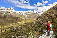 Peru, Andes, Cordillera Blanca, Huascaran National Park, tourist on hiking trail with view to Nevado Huascaran and Nevado Yanapaccha - FOF08533