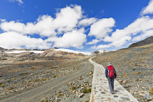 Peru, Andes, Cordillera Blanca, Huascaran National Park, tourist hiking towards Pastoruri glacier - FOF08555