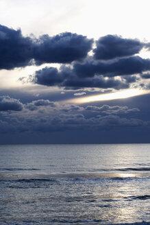 Portugal, Algarve, seascape at twilight - NDF00627