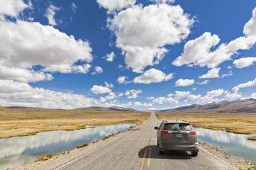Peru, La Reserva Nacional Salinas y Aguada Blanca, SUV on the road - FOF08640