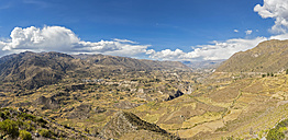 Peru, Andes, Chivay, Colca Canyon, view from Mirador Antahuilque on harvested cornfields - FOF08646