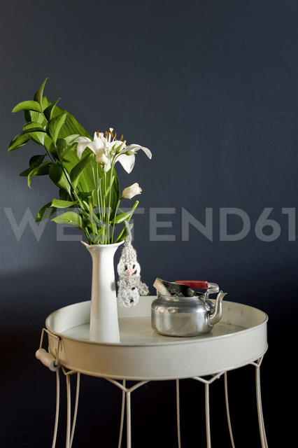 Upcycling of lampshade as side table - GISF00271