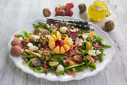 Plate with rocket, lychee, tangerine, cream cheese, walnuts, grapes and pomegranate seeds - SARF03111