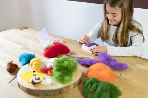 Girl felting - YFF00605