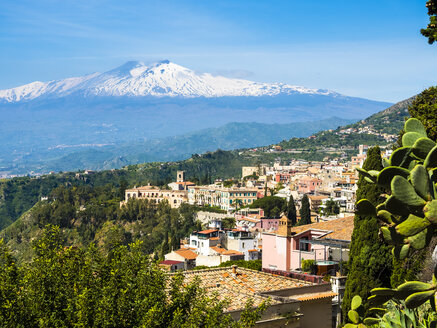 Italy, Sicily, Taormina, view to the city from above with Mount Etna in the background - AMF05204