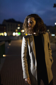Stylish young man outdoors in the city at night - MAUF00968