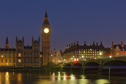 UK, London, River Thames, Big Ben, Houses of Parliament and Westminster Bridge at night - GFF00917