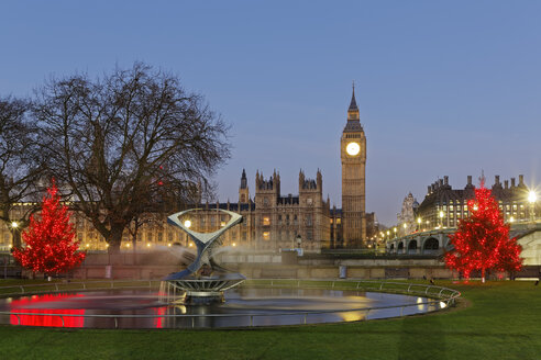 UK, London, Big Ben, Houses of Parliament and Westminster Bridge at dusk as seen from St Thomas's Hospital Park - GF00920