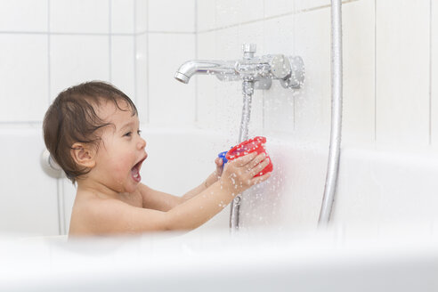 Baby girl playing in a tub - DRF01715