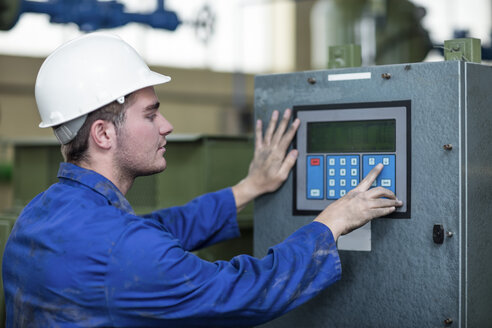 Worker operating machine in factory - ZEF12399