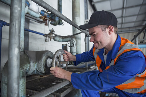 Worker turning valve in factory - ZEF12408