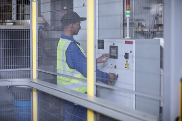 Worker operating machine in factory - ZEF12447
