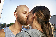 Kissing young couple - SRYF00205
