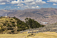 Peru, Andes, Cusco, view to the city and Inca ruins of Sacsayhuaman - FOF08732
