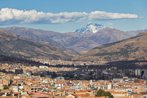 Peru, Andes, Cusco, cityscape and mountain Ausangate as seen from San Cristobal church - FOF08741
