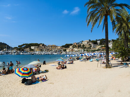 Spain, Mallorca, Port de Soller, beach with harbour in the background - AM05215