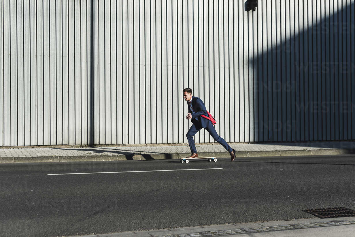 Young businessman riding skateboard on the street - UUF09824 - Uwe Umstätter/Westend61
