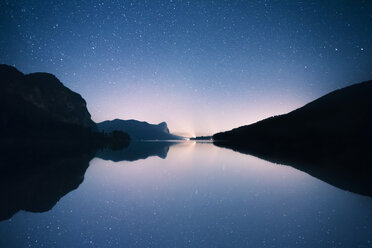Austria, Mondsee, starry sky over Lake Mondsee - WVF00794