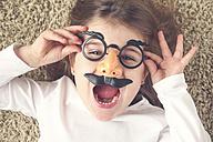 Portrait of screaming little girl wearing funny glasses - RTBF00606
