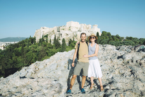 Greece, Athens, happy couple with The Acropolis in the background - GEMF01448