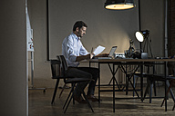 Businessman working late in office - RBF05609