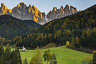 Italy, South Tyrol, Funes Valley, Odle group in autumn and St. John's Chapel - LOMF00484