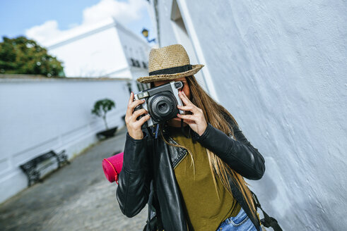 Young traveling woman taking photos in a town - KIJF01153