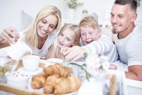 Happy family having breakfast in bed - WESTF22566