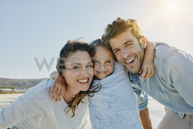 Portrait of happy couple with daughter on the beach - RORF00562 - Roger Richter/Westend61