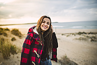 Portrait of relaxed young woman on the beach - RAEF01679