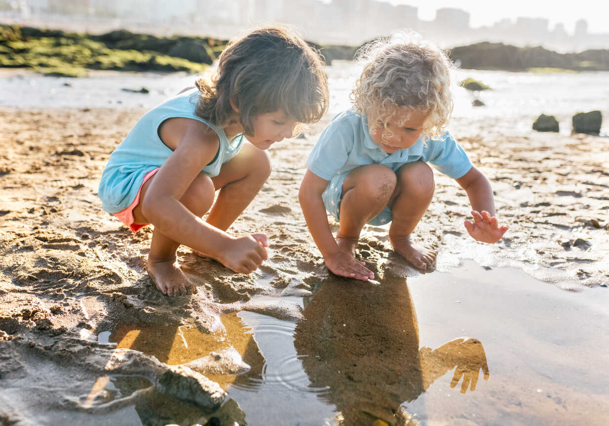 Little boy and girl playing together on the beach - MGOF02857 - Marco Govel/Westend61