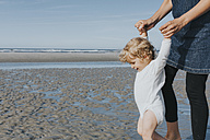 Netherlands, Schiermonnikoog, mother with little daughter on the beach - DWF00265