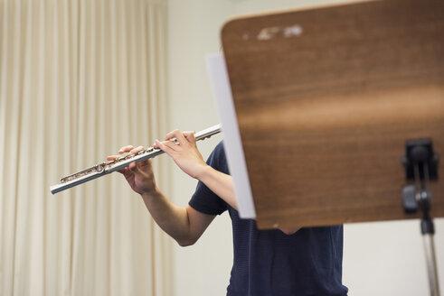 Woman playing flute - SKAF00029