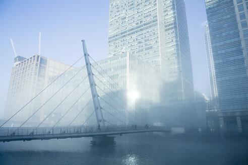 UK, London, Canary Wharf, bridge in fog - NGF00377