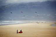 Spain, Tarifa, kitesurfers on beach - TL00749