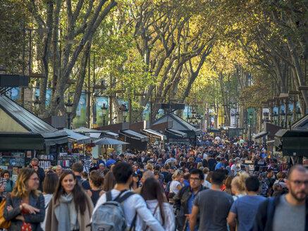 Spain, Barcelona, crowd of people on La Rambla - EJW00842